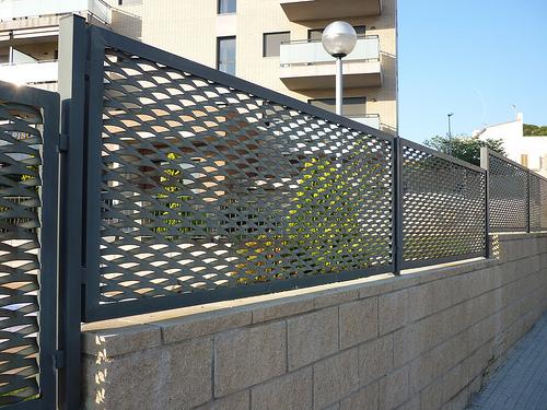 Vinuesa vallas cercados valla con verja de chapa - Ocultacion vallas jardin ...