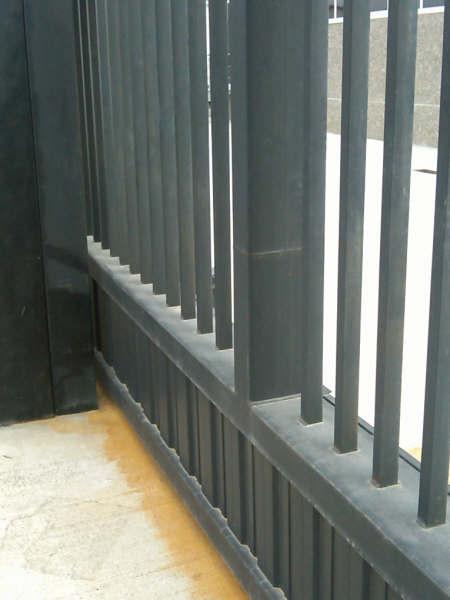 Vinuesa vallas cercados puerta corredera de barrotes y for Puertas para cercados