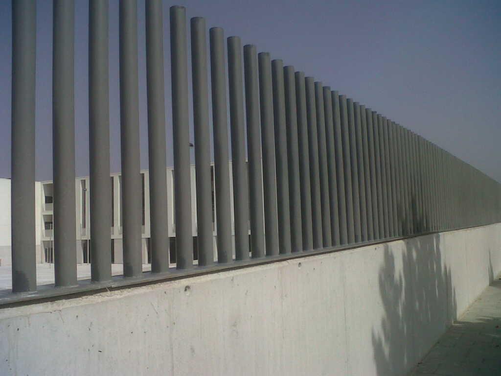 Vinuesa vallas cercados verja empalizada con tubos de hierro for Casas para jardin de pvc
