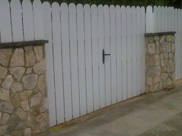 Vinuesa vallas cercados puerta batiente de lamas pvc for Valla jardin pvc