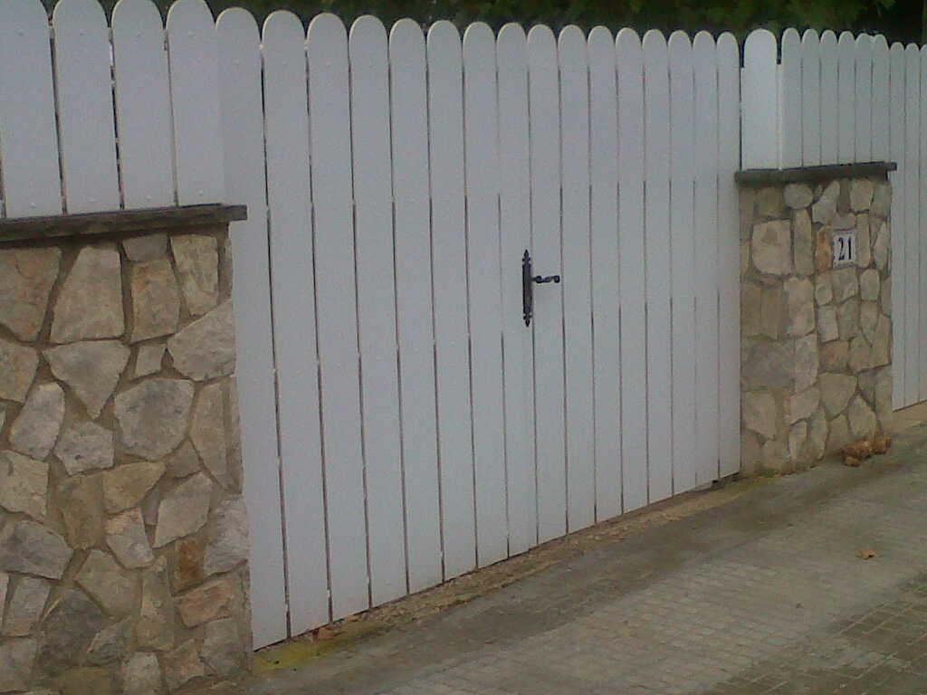 Puerta batiente de lamas pvc vinuesa vallas cercados for Vallas jardin pvc