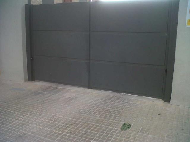 Vinuesa vallas cercados puerta batiente de chapa ciega for Puertas para cercados