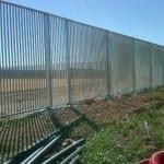 Montaje de valla con Verja de barrotes con marco.
