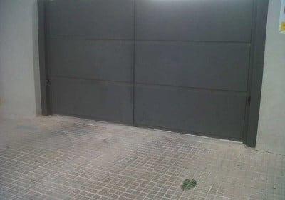 Puerta batiente de chapa ciega