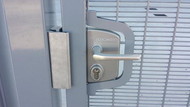Puerta metálica para valla con Cerradura electrica