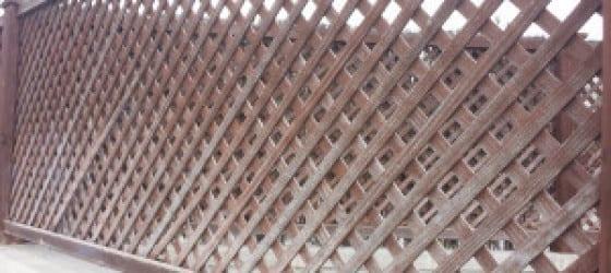 Valla de madera deteriorada por humedad sin mantenimiento