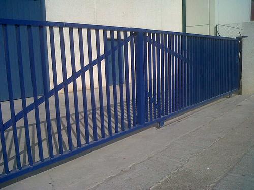 Puerta combinada corredera-batiente industrial barrotes