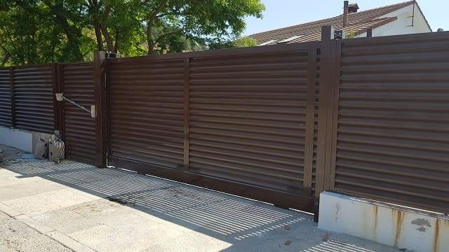 Conjunto puerta corredera lamasy peatonal