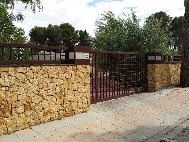 Puerta y verja de hierro