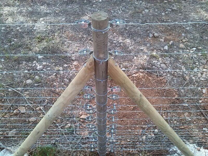 Poste tension de madera para cercado rural