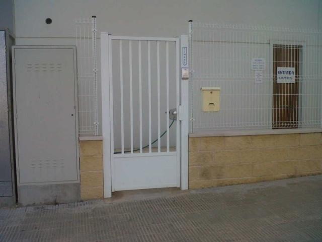 Puerta batiente barrotes y zócalo