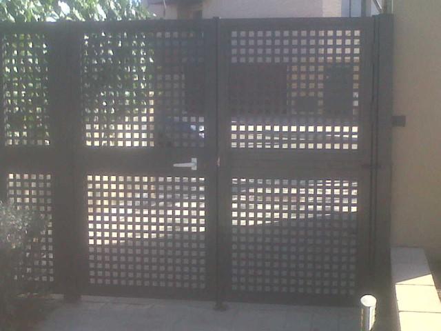Puerta batiente de chapa perforada