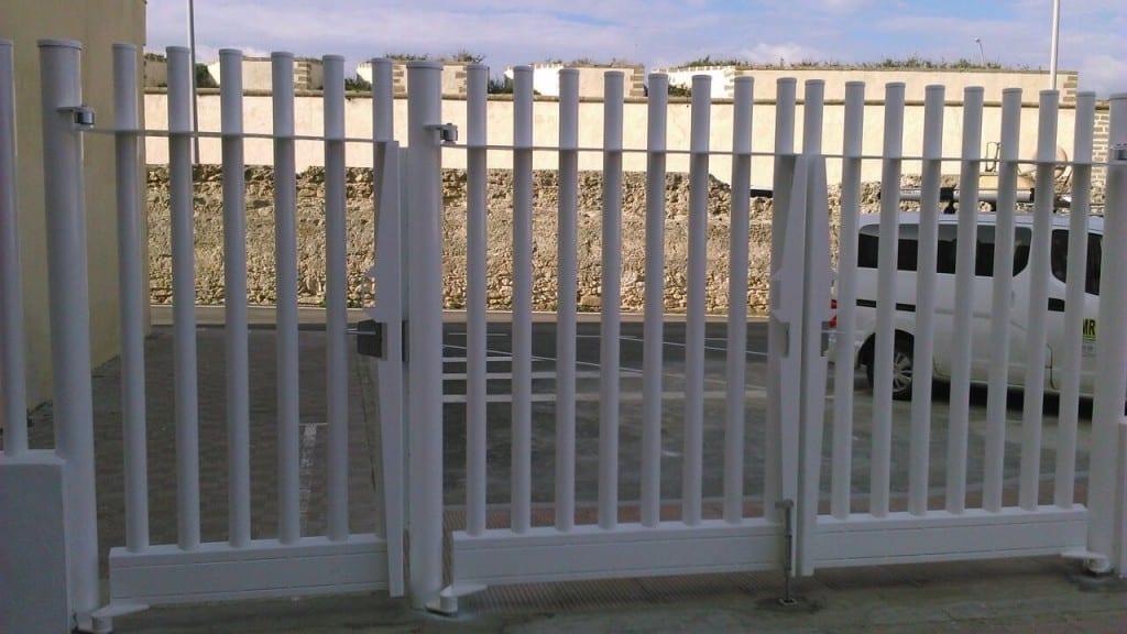 Puerta metálica batiente para valla empalizada tubos