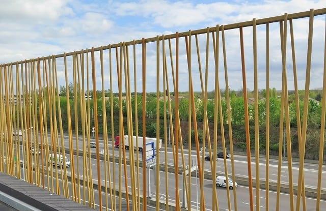 Verja metálica traslucida modelo bambú