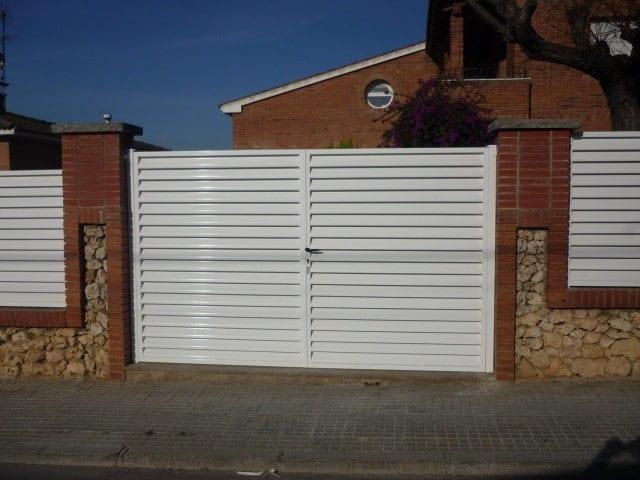 Puerta metálica batiente lamas venecianas